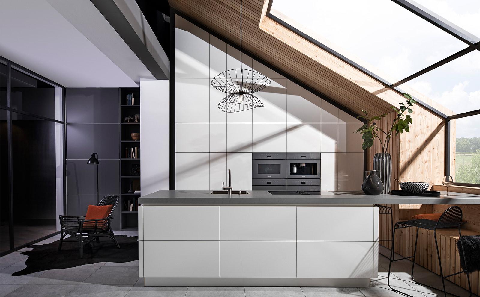 Küche in einer Dachschräge
