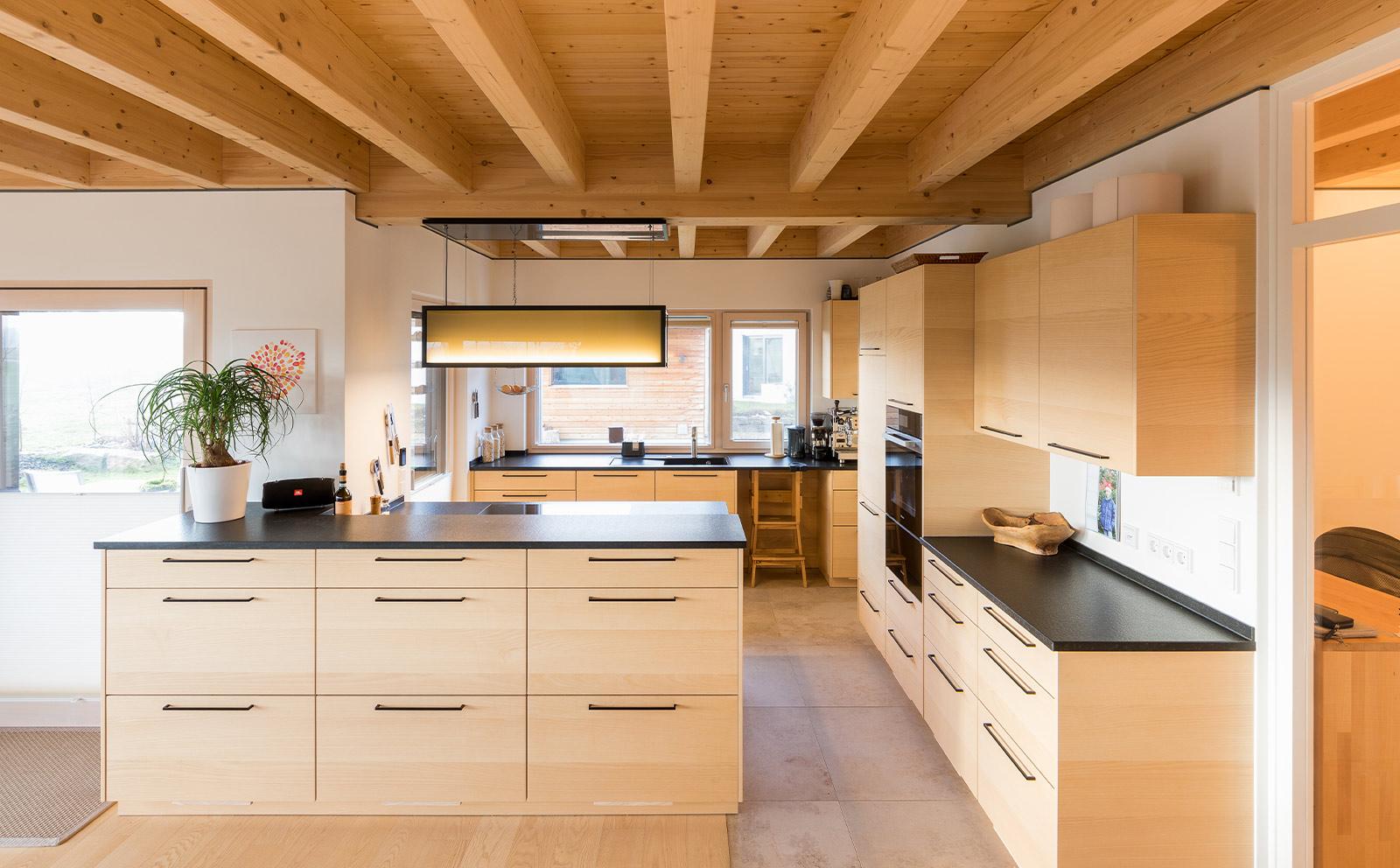 Küche in Holzoptik mit Insel