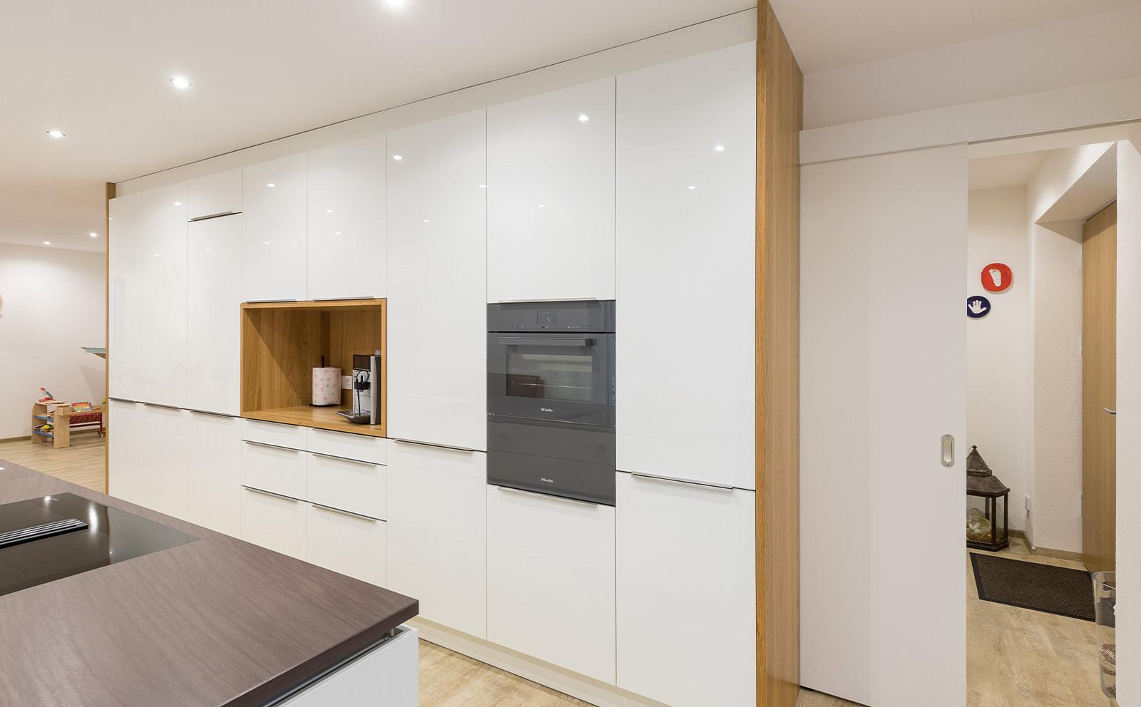 Küchenfront weiss mit Holz