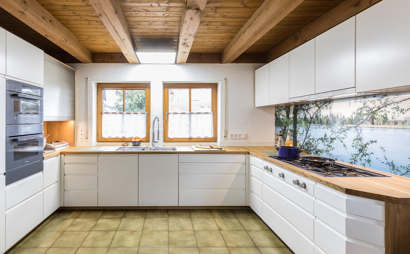 Weisse Küche in U-Form