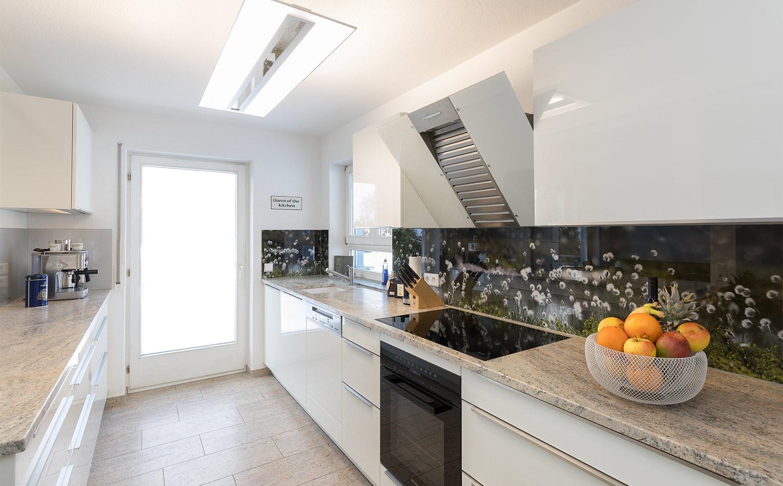 Weisse Küche mit Dekorspitzschutz