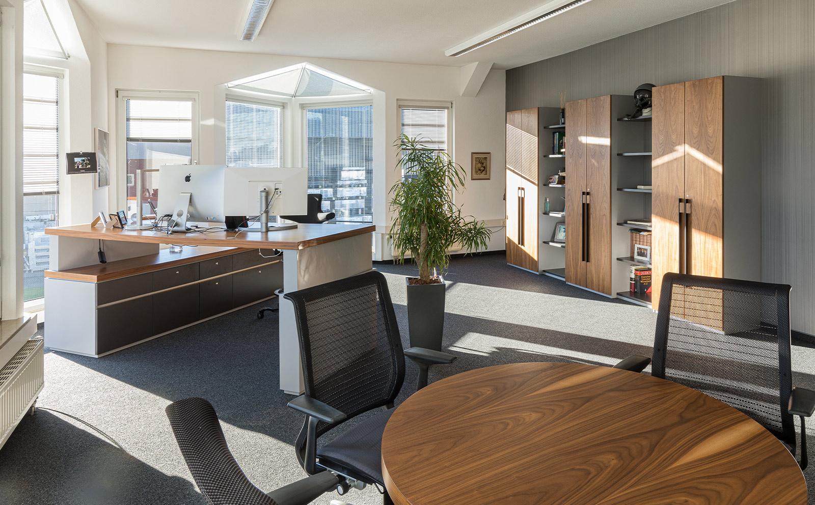 Indivuduell angepasste Schreibtische und Büromöbel